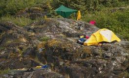 Υπαίθριο στρατόπεδο στους βράχους. Στοκ εικόνα με δικαίωμα ελεύθερης χρήσης