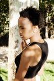 Υπαίθριο σχεδιαγράμματος κορίτσι εφήβων αφροαμερικάνων πορτρέτου ελκυστικό Στοκ φωτογραφία με δικαίωμα ελεύθερης χρήσης
