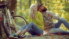 Υπαίθριο ταξίδι διακοπών διακοπών Ευτυχές νέο cople στο πάρκο την ηλιόλουστη ημέρα φθινοπώρου Ρομαντικό ζεύγος φθινοπώρου ερωτευμ απόθεμα βίντεο