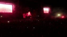 Υπαίθριο τεράστιο πλήθος των ανεμιστήρων στο αστέρα της ροκ συναυλίας απόθεμα βίντεο