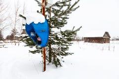 Υπαίθριο τηλεφωνικό περίπτερο στον τομέα χιονιού στο χωριό στοκ εικόνες