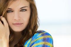 Υπαίθριο φυσικό ελαφρύ πορτρέτο της όμορφης γυναίκας με το πράσινο μάτι Στοκ φωτογραφία με δικαίωμα ελεύθερης χρήσης