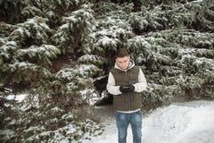 Υπαίθριο χειμερινό πορτρέτο για το νέο όμορφο άτομο Όμορφος έφηβος στην τοποθέτησή του σακακιών και φανέλλων σε μια οδό πόλεων, υ Στοκ Εικόνα