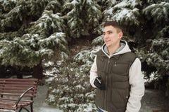 Υπαίθριο χειμερινό πορτρέτο για το νέο όμορφο άτομο Όμορφος έφηβος στην τοποθέτησή του σακακιών και φανέλλων σε μια οδό πόλεων, υ Στοκ εικόνες με δικαίωμα ελεύθερης χρήσης