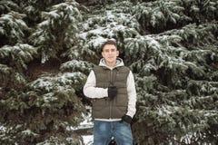 Υπαίθριο χειμερινό πορτρέτο για το νέο όμορφο άτομο Όμορφος έφηβος στην τοποθέτησή του σακακιών και φανέλλων σε μια οδό πόλεων, υ Στοκ φωτογραφία με δικαίωμα ελεύθερης χρήσης