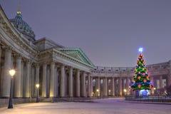 Υπαίθριο χριστουγεννιάτικο δέντρο σχεδιαστών απέναντι από Kazan τον καθεδρικό ναό, Sain Στοκ φωτογραφίες με δικαίωμα ελεύθερης χρήσης