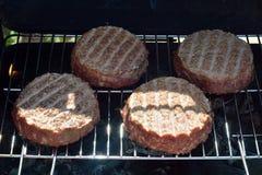 υπαίθριο χρονικό Σαββατοκύριακο σχαρών μαγειρέματος σχαρών Τηγανισμένα κρέας burgers Στοκ Εικόνες