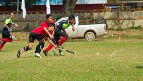 υπαίθριο χόκεϋ Παίκτης χόκεϋ στη δράση κατά τη διάρκεια των εθνικών παιχνιδιών της Ταϊλάνδης στοκ φωτογραφία με δικαίωμα ελεύθερης χρήσης