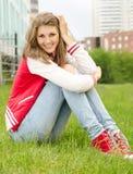 υπαίθριο όμορφο χαλαρώνοντας χαμόγελο κοριτσιών Στοκ εικόνα με δικαίωμα ελεύθερης χρήσης