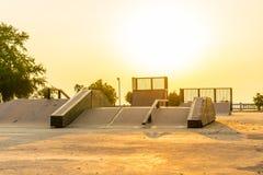 Υπαίθριο skatepark με τις διάφορες κεκλιμένες ράμπες στο χρόνο ηλιοβασιλέματος στοκ εικόνα