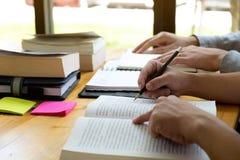 Υπαγόμενος πρόσθετος διδασκαλίας και εκμάθησης φίλων βοηθειών σπουδαστών στη βιβλιοθήκη χρησιμοποίηση της ταμπλέτας στην εκπαίδευ στοκ φωτογραφία