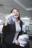 Υπαλληλικός εργαζόμενος που ρίχνει το έγγραφο στην αρχή, έχοντας τη διασκέδαση Στοκ φωτογραφίες με δικαίωμα ελεύθερης χρήσης