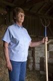υπερήφανη μόνιμη στωϊκή σύζυγος αγροτών σιταποθηκών Στοκ εικόνες με δικαίωμα ελεύθερης χρήσης