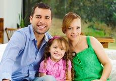 Υπερήφανοι ευτυχείς ισπανικοί γονείς που θέτουν με λίγα Στοκ Φωτογραφίες