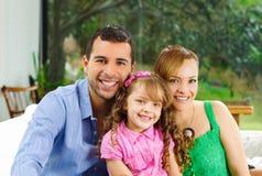 Υπερήφανοι ευτυχείς ισπανικοί γονείς που θέτουν με λίγα Στοκ Εικόνα