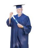 Υπερήφανος ανώτερος ενήλικος πτυχιούχος ατόμων στην ΚΑΠ και το δίπλωμα εκμετάλλευσης εσθήτων στοκ εικόνα