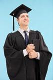 Υπερήφανος απόφοιτος φοιτητής που κρατά ένα βιβλίο Στοκ Φωτογραφία