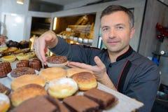 Υπερήφανος αρχιμάγειρας ζύμης στο confectionnery στοκ εικόνες με δικαίωμα ελεύθερης χρήσης