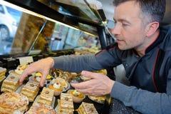 Υπερήφανος αρχιμάγειρας ζύμης στο confectionnery στοκ φωτογραφία με δικαίωμα ελεύθερης χρήσης