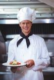 Υπερήφανος αρχιμάγειρας που κρατά ένα πιάτο στοκ εικόνες