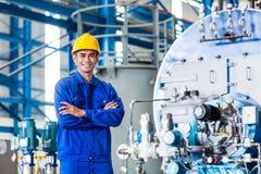 Υπερήφανος ασιατικός εργαζόμενος στο εργοστάσιο παραγωγής στοκ φωτογραφία
