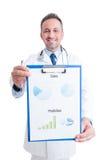 Υπερήφανος γιατρός που παρουσιάζει ιατρικά διαγράμματα στοκ φωτογραφίες με δικαίωμα ελεύθερης χρήσης