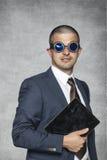 Υπερήφανος επιχειρηματίας με τον ηλεκτρονικό εξοπλισμό στοκ εικόνα με δικαίωμα ελεύθερης χρήσης