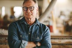 Υπερήφανος ιδιοκτήτης εργαστηρίων ξυλουργικής στοκ εικόνα με δικαίωμα ελεύθερης χρήσης