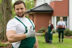 Υπερήφανος κηπουρός που χαμογελά με τον αντίχειρα επάνω στοκ εικόνα