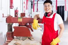 Υπερήφανος κινεζικός ξυλουργός στο ξύλινο εργαστήριό του στοκ εικόνες