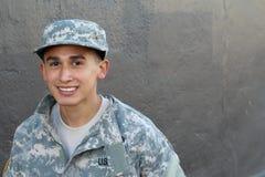 Υπερήφανος νέος στρατιωτικός σχολικός σπουδαστής με το διάστημα αντιγράφων στοκ φωτογραφία