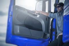 Υπερήφανος οδηγός στο φορτηγό του στοκ εικόνα με δικαίωμα ελεύθερης χρήσης