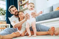 Υπερήφανος πατέρας που κρατά τη νεογέννητη κόρη μωρών του στο σπίτι στοκ εικόνες