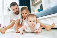 Υπερήφανος πατέρας που κρατά τη νεογέννητη κόρη μωρών του στο σπίτι στοκ εικόνα με δικαίωμα ελεύθερης χρήσης