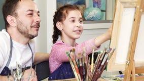 Υπερήφανος πατέρας που προσέχει την καλή κόρη του μια εικόνα ελεύθερη απεικόνιση δικαιώματος