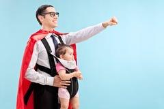 Υπερήφανος πατέρας που φέρνει την κόρη του στοκ εικόνες