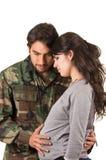 Υπερήφανος στρατιωτικός στρατιώτης που αγκαλιάζει την έγκυο σύζυγο Στοκ Εικόνες