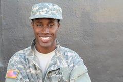 Υπερήφανος στρατιώτης στρατού που χαμογελά κοντά επάνω με το διάστημα αντιγράφων στοκ εικόνα