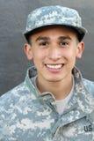 Υπερήφανος στρατιώτης στρατού που χαμογελά κοντά επάνω στοκ εικόνα
