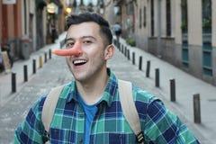 Υπερήφανος ψεύτης που χαμογελά υπαίθρια στη κάμερα στοκ εικόνα