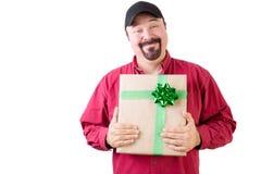 Υπερήφανο ενιαίο άτομο στο καπέλο που κρατά ένα δώρο Χριστουγέννων Στοκ Φωτογραφία