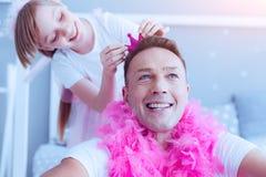 Υπερήφανο παιχνίδι πατέρων με τη λατρευτή κόρη στοκ εικόνες