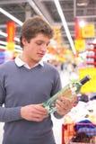 υπεραγορά ατόμων μπουκα&lam στοκ εικόνες