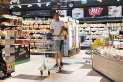 Υπεραγορά με τα ράφια των τροφίμων και των ποτών Merkur στην Αυστρία Στοκ φωτογραφία με δικαίωμα ελεύθερης χρήσης