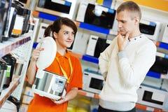 Υπεραγορά συσκευών ατόμων που ψωνίζουν στο σπίτι Στοκ Εικόνες