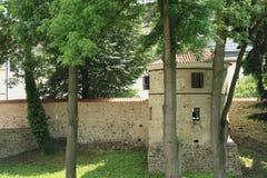 Υπερασπίστε τον τοίχο με τον πύργο στο παλάτι Breznice στοκ εικόνες