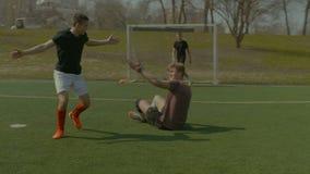 Υπερασπιστής που δεσμεύει έναν αποκρουστικό κατά τη διάρκεια του αγώνα ποδοσφαίρου απόθεμα βίντεο