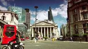 ΥΠΕΡΒΟΛΙΚΟ HD 4k, πραγματικό - χρόνος, πολυάσχολη κυκλοφορία στο δρόμο μπροστά από την τράπεζα στο Λονδίνο
