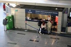Υπερβολικό αμοιβή-γραφείο αποσκευών στο διεθνή αερολιμένα Μόσχα Vnukovo - τον Ιούλιο του 2017 στοκ εικόνες με δικαίωμα ελεύθερης χρήσης