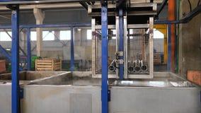 Υπερηχητικός καθαρισμός των μερών μετάλλων σε ένα εργοστάσιο απόθεμα βίντεο
